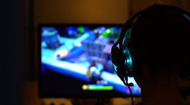 Gracz podczas gry komputerowej