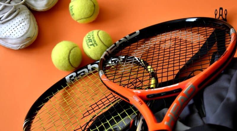 Wyposażenie tenisowe na start: co kupić dla początkującego tenisisty?